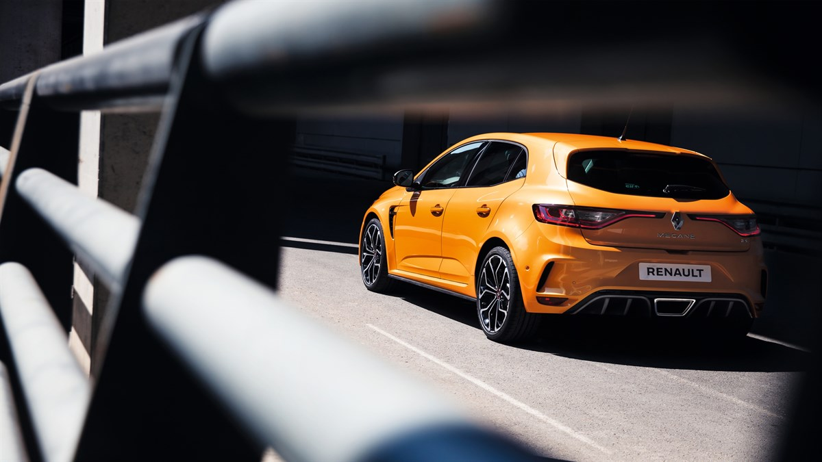 Renault MEGANE RS - car behind a safety rail